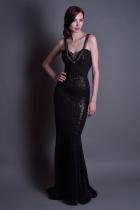 Длинное черное платье с пайетками